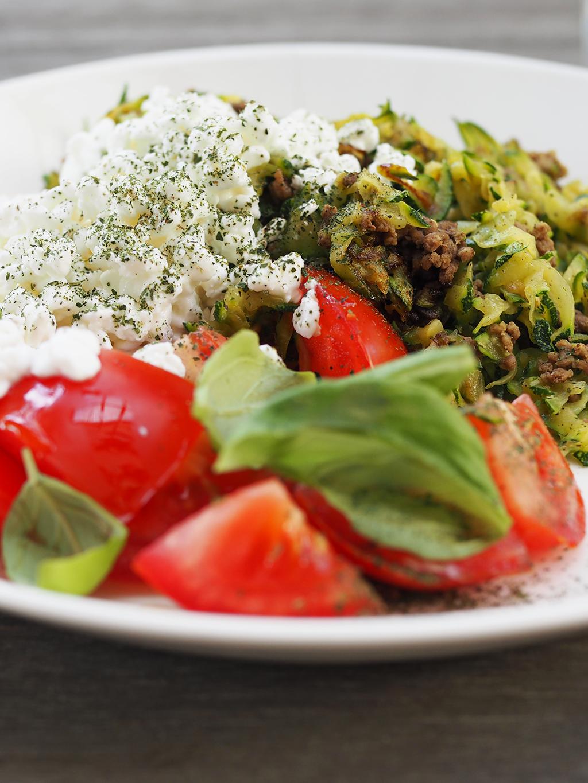 Tomaatit, basilika ja rouhittu mustapippuri ovat kesäkurpitsawokin parhaita lisukkeita.