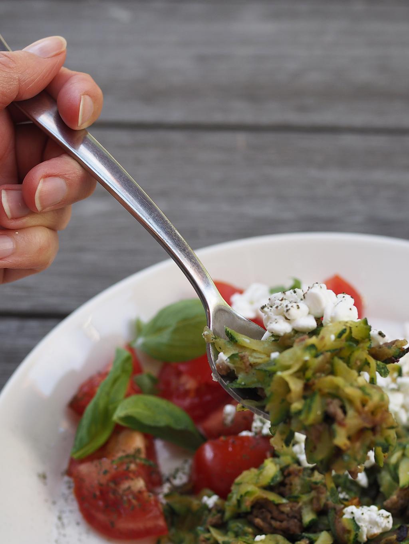 Kevyt kesäkurpitsawokki maistuu helteelläkin.