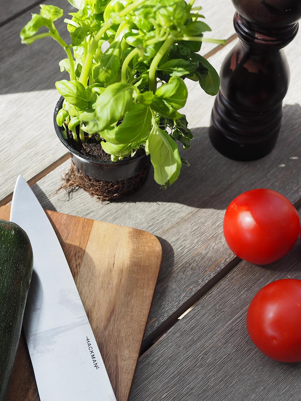 Kesäkeittiön herkulliset ainekset: kesäkurpitsa, tomaatti, basilika ja rouhittu mustapippuri.