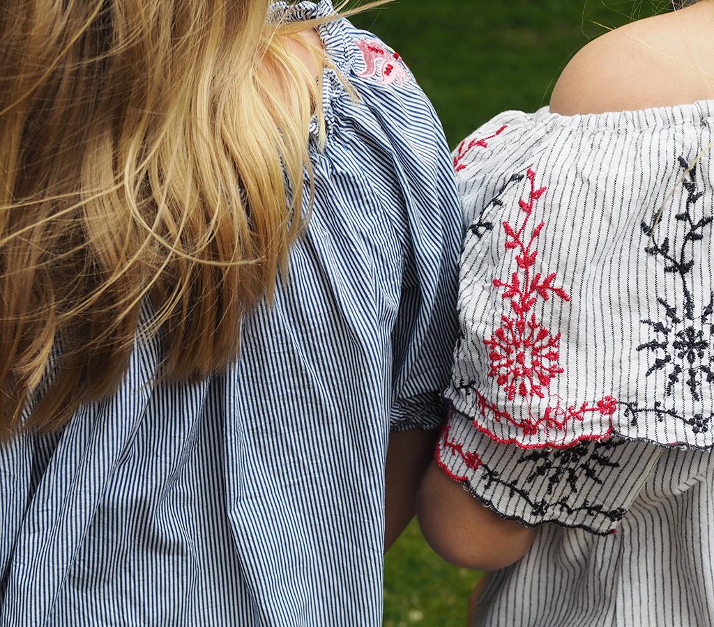 Kesämekkoisia tyttöjä puistossa