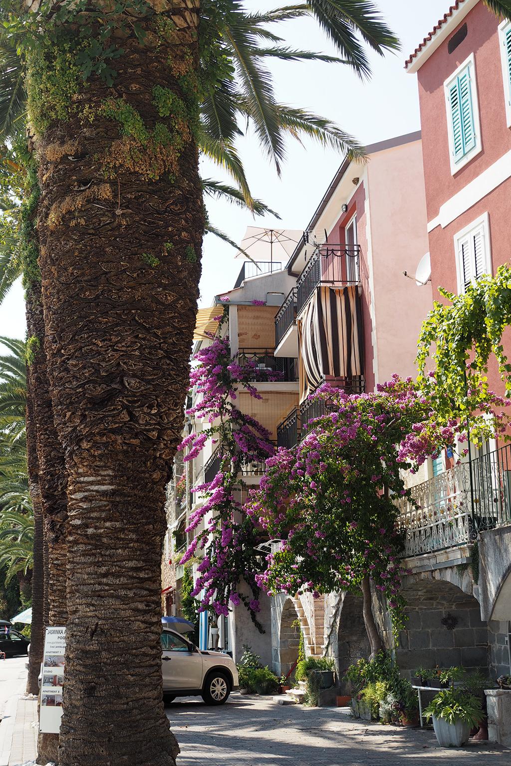 Podgoran rantakadun värikkäät talot, Makarskan Riviera, Kroatia