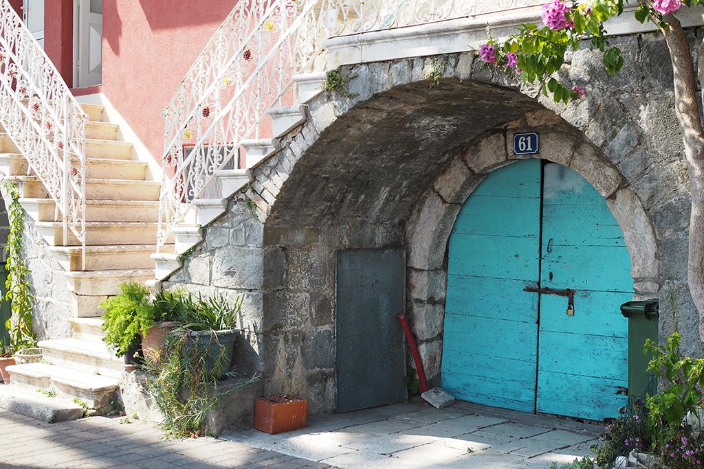 Podgoran rantakadun värikkäitä taloja, Magarskan Riviera, Kroatia
