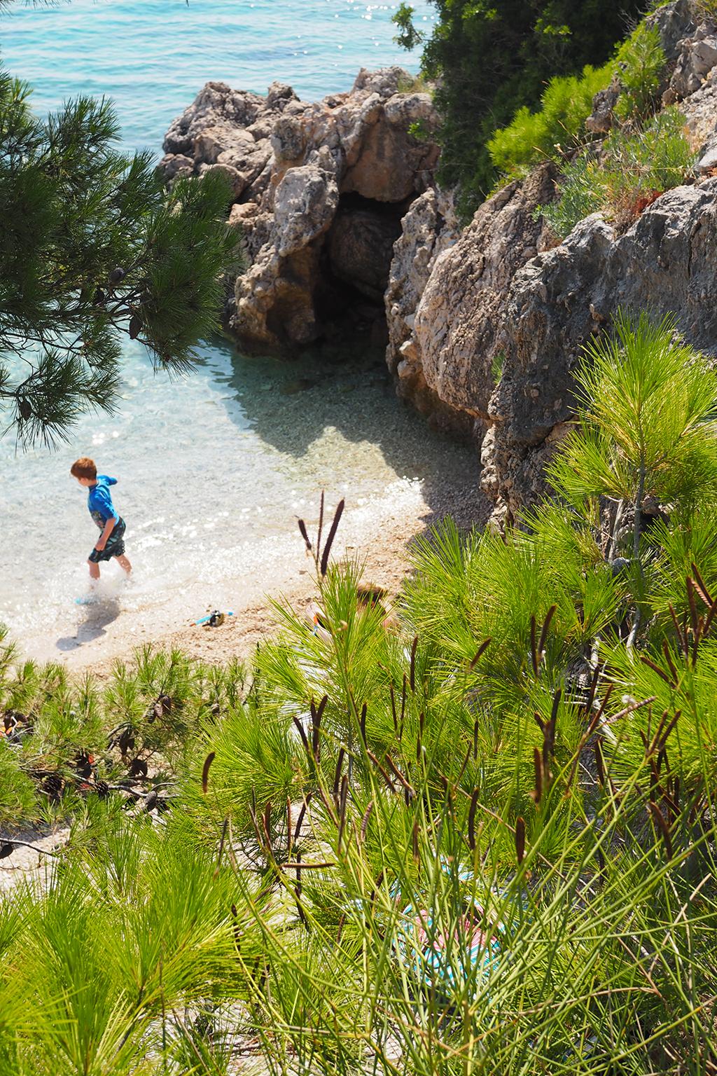 Turkoosi poukama Makarskan Rivieralla, Kroatiassa