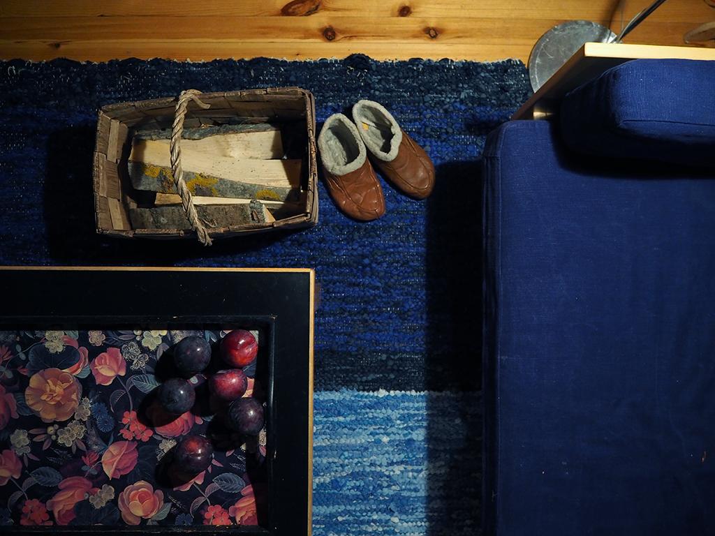 Artekin sohva ja Artekin mustakantinen sohvapöytä
